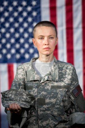 Photo pour Soldat féminin de l'armée américaine devant le drapeau américain - image libre de droit