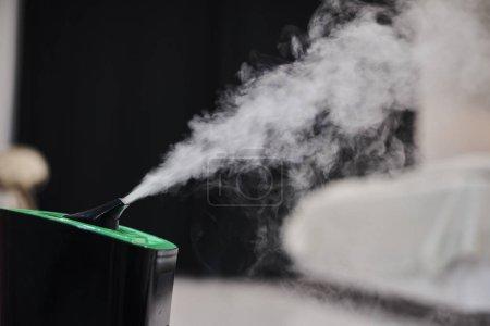 Photo pour Foyer sélectif de vapeur sortant de l'humidificateur dans le salon - image libre de droit