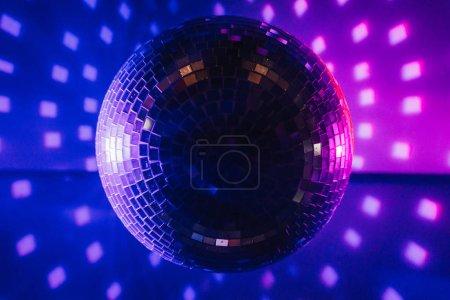 Photo pour Boule disco éclairage coloré - image libre de droit