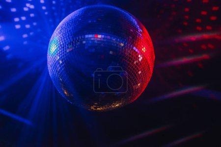 Photo pour Éclairage coloré de boule disco - image libre de droit