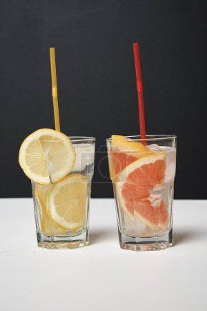 Photo pour Deux verres de cocktails ou de limonades - image libre de droit