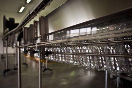 Photo pour Ligne de production dans une usine d'eau minérale - image libre de droit