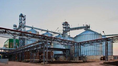 Photo pour Silos modernes pour stocker la récolte des grains. L'agriculture. Contexte - image libre de droit
