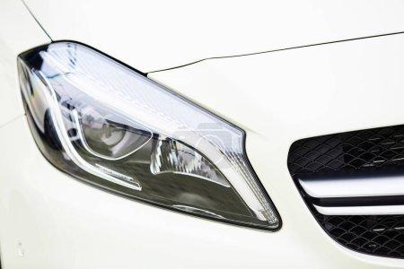Photo pour Détail sur l'un des phares LED d'une voiture - image libre de droit