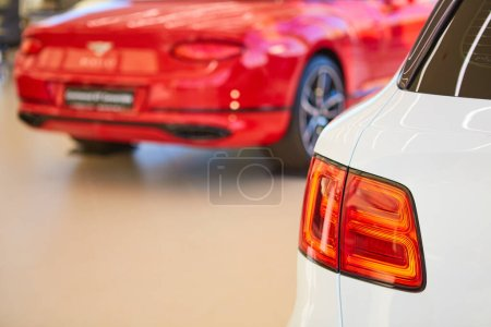 Photo pour Rétroéclairage de style voiture blanche, queue, feu arrière, transport blanc - image libre de droit