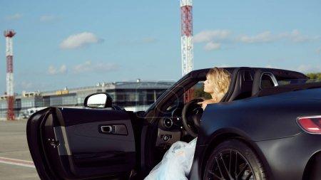 Photo pour Portrait de mode de femme rêveuse dans la voiture de luxe. Pas de photoshop - image libre de droit