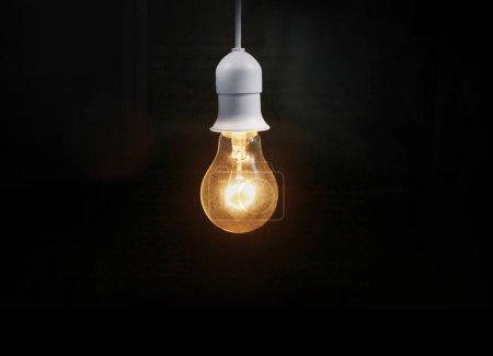 Photo pour Ampoule sur fond sombre - image libre de droit