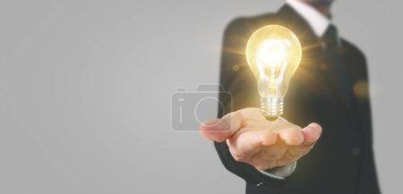 Foto de Mano de retención de bombillas iluminadas, idea, concepto de inspiración para la innovación. - Imagen libre de derechos