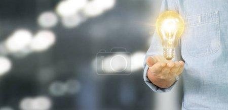 Photo pour Main de tenir ampoule lumineuse, idée, concept d'inspiration d'innovation - image libre de droit