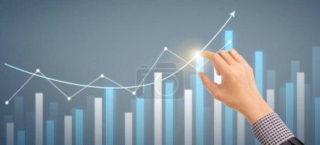 Hand Businessman Plan Graphenwachstum und Zunahme der Chart positiven Indikatoren in seinem Geschäft