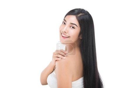 Photo pour Belle jeune femme avec une peau fraîche propre toucher le visage propre. Soin du visage, la beauté de la cosmétologie et spa. - image libre de droit