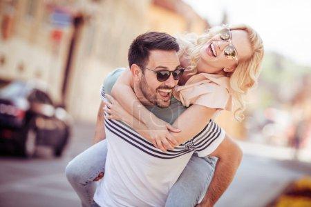 Photo pour Heureux jeune couple s'amuser en plein air et souriant. - image libre de droit