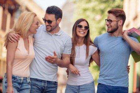 Photo pour Jeunes amis adultes passer du bon temps ensemble - image libre de droit