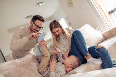 Héhé, bénéficiant à la maison. Concept famille, amour, plaisir et bonheur