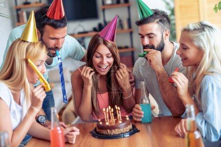Foto de Amigos felices celebrando el cumpleaños con torta de celebración. - Imagen libre de derechos
