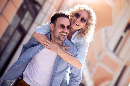 Photo pour Jeune couple heureux passe un bon moment dans la rue de la ville - image libre de droit