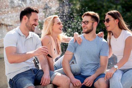 Photo pour Meilleures amies de parler et de s'amuser en plein air. - image libre de droit