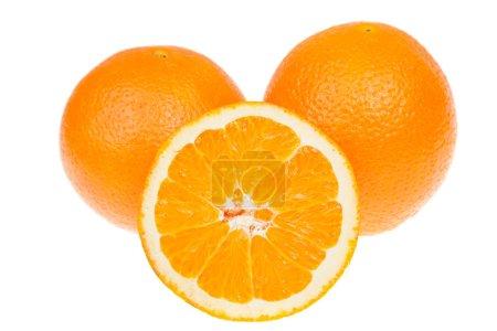 Photo pour Fresh fruits oranges entières et tranchées, isolés sur blanc - image libre de droit