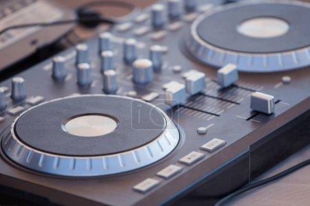 Photo pour Console DJ, lecteur Cd et table de mixage en boîte de nuit - image libre de droit