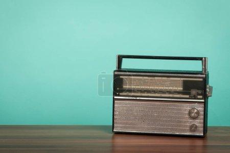 Photo pour Vieille radio sur la table en face de fond vert. Photo de style vintage - image libre de droit