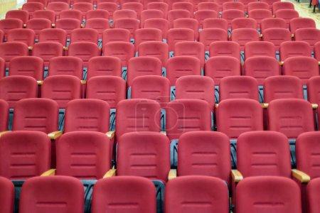 Photo pour Sièges vides de cinéma ou de théâtre rouges - image libre de droit