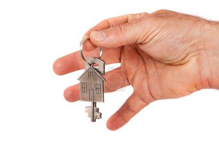 Photo pour Main de l'homme donnant une nouvelle clé en métal avec la maison en forme de porte-clé, isolé. Nouveau concept de maison - image libre de droit
