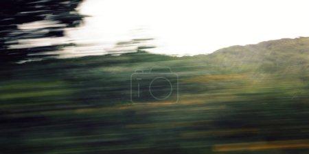 Photo pour Arbres déconcentrés vus à travers un pare-brise de voiture. Photo filtrante tonique. Action floue de la voiture à grande vitesse. Vue floue à travers la fenêtre mobile de la voiture. Anneau de Kerry, Irlande . - image libre de droit