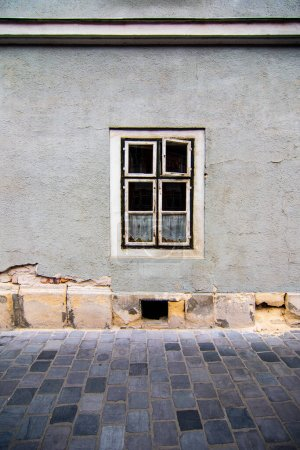 Photo pour Paysage urbain minimal avec une seule fenêtre noire et blanche sur le mur gris. Patrimoine historique de la ville européenne de Budapest, Hongrie. Photo de haute qualité - image libre de droit
