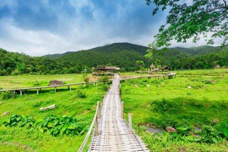 Photo pour Pont de bambou Boon Ko Ku So au-dessus des rizières près de Pai; Thaïlande - image libre de droit
