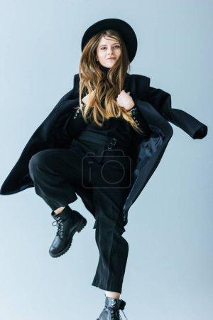 Photo pour Jeune femme caucasienne en manteau noir - image libre de droit