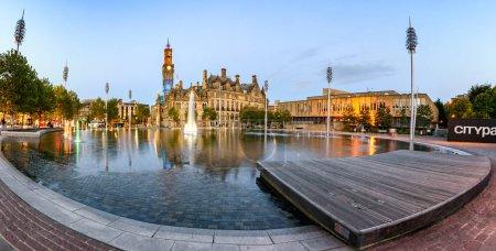 Photo pour Parc urbain régénéré, maintenant avec immense piscine miroir, 100 fontaines, projecteurs de lumière et effets de brouillard dans le centre-ville Bradford, Royaume-Uni . - image libre de droit
