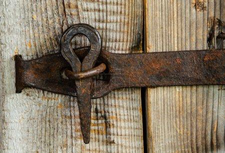 Photo pour Une vieille serrure de porte faite à la main. - image libre de droit