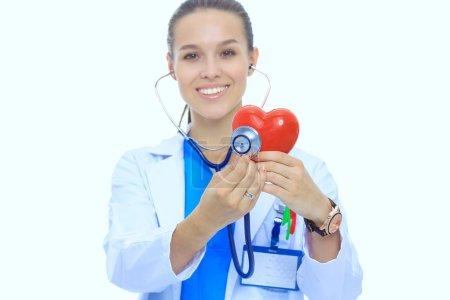 Photo pour Résultats positifs isolés femme médecin permanent avec stéthoscope et rouge symbole du coeur. Femme médecin. - image libre de droit