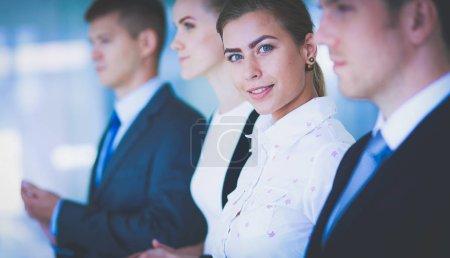 Photo pour Des gens d'affaires souriants applaudissant une bonne présentation au bureau  . - image libre de droit