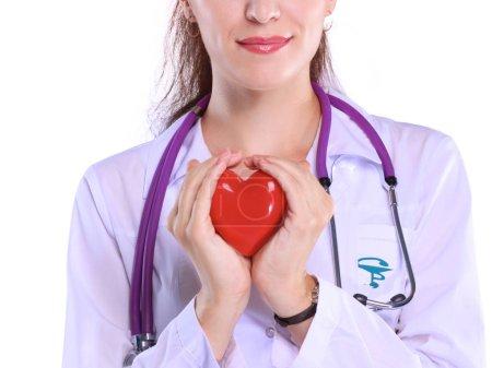 Positif femme médecin permanent avec stéthoscope et rouge symbole du coeur