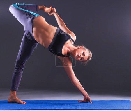 Photo pour Portrait de fille sportive faisant du yoga exercice d'étirement . - image libre de droit