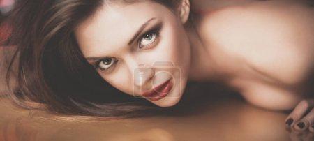 Photo pour Portrait de belle fille avec maquillage à la mode couché . - image libre de droit