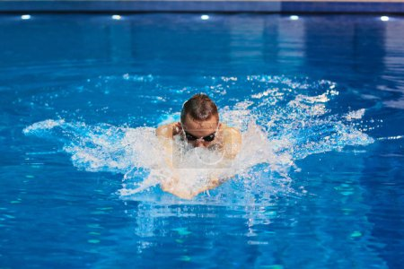 Foto de Nadador masculino en la piscina. Foto submarina - Imagen libre de derechos