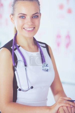 Photo pour Portrait de l'amicale femme médecin avec stéthoscope et une tablette dans les mains - image libre de droit