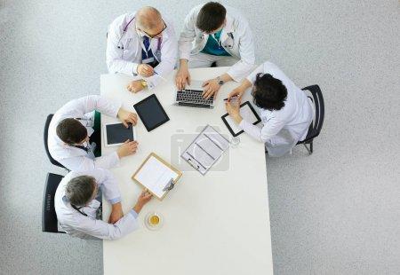 Foto de Equipo médico sentado y discutiendo en la mesa, vista superior. - Imagen libre de derechos