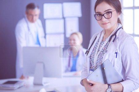 Photo pour Femme médecin permanent avec stéthoscope à l'hôpital. - image libre de droit