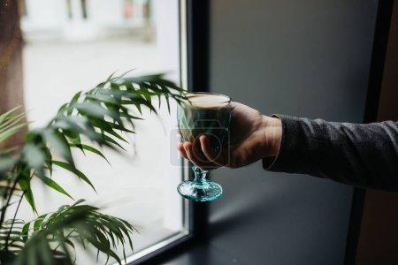 Photo pour Femme tenant un verre de café dans le café - image libre de droit
