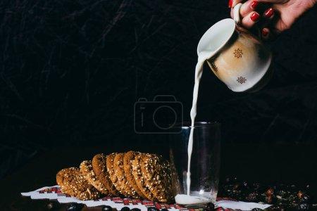 Photo pour Une tasse de café avec un croissant et un verre de lait - image libre de droit