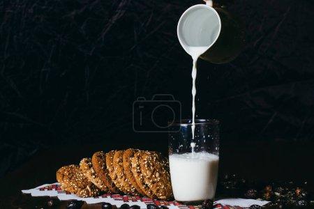 Photo pour Verre de lait et une tasse de café sur un fond sombre - image libre de droit