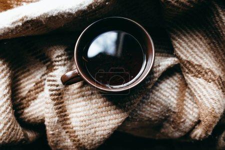Photo pour Tasse de café avec écharpe sur table en bois - image libre de droit