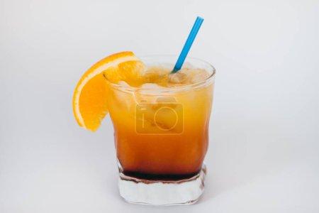 Photo pour Jus d'orange avec glace et citron sur fond blanc - image libre de droit