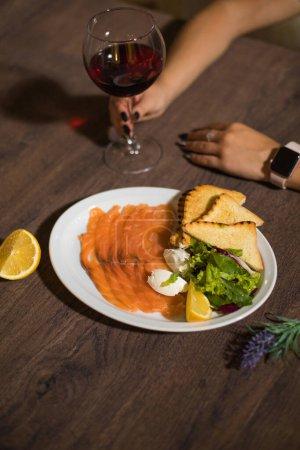 Photo pour Steak de saumon avec salade dans une assiette - image libre de droit