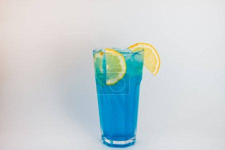 Photo pour Verre de cocktail au citron et menthe sur fond blanc - image libre de droit