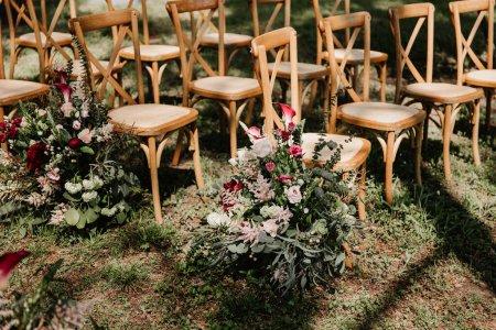 Photo pour Chaises en bois et décoration de fleurs, belle image conceptuelle de jardin de mariage - image libre de droit