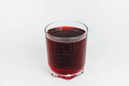 Photo pour Verre de vin rouge sur fond blanc - image libre de droit